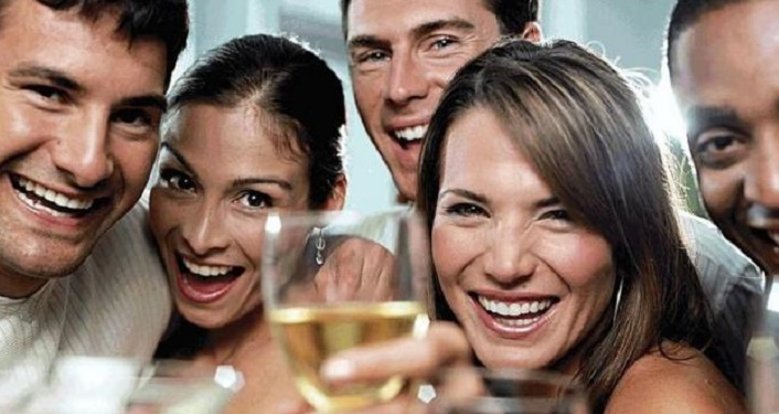 Image of 2 women, 3 guys doing a cheers with wine glasses for Food, Wine and Beer Pairing Tours with Tasting Tours