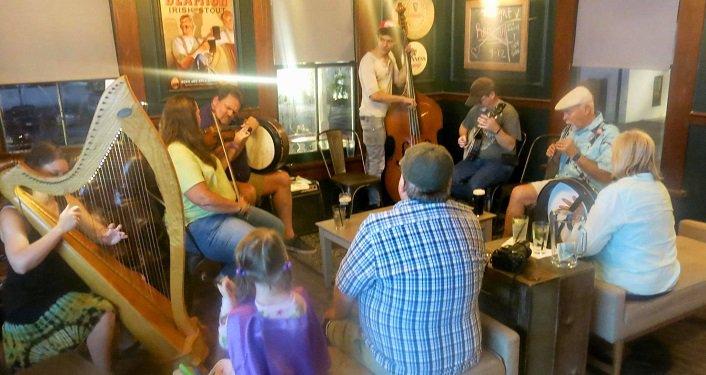 Image of people listening to Celtic music, Irish Music Seisiún