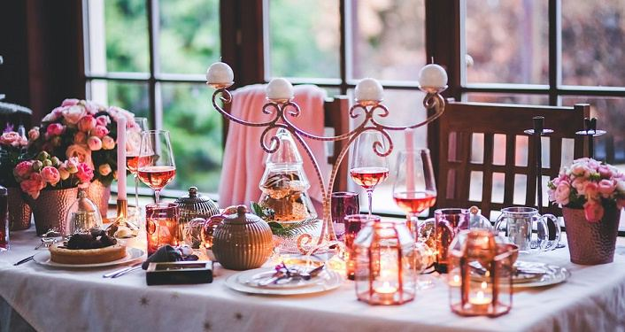 table decorated with Christmas decorations, candles lit, for Bed & Breakfast Holiday Tour
