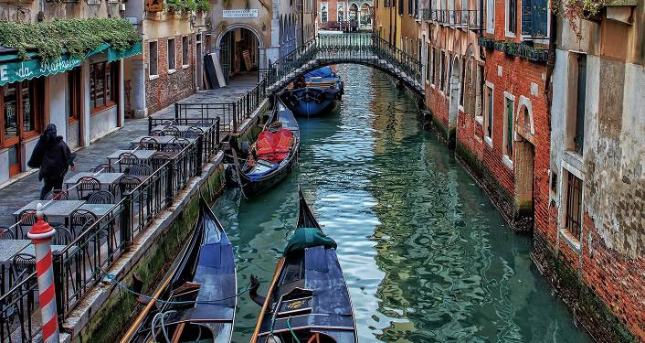 image of canal in Venice, Italy -- Books and Bites, Venice Italy